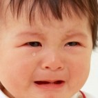 hijo adoptado llora