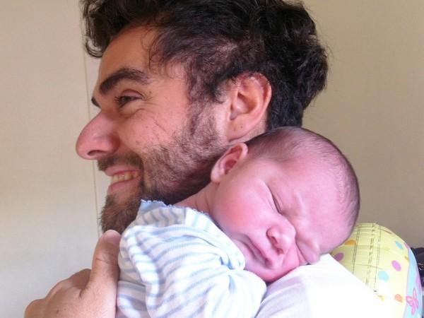 Beneficios de coger a mi bebé en brazos